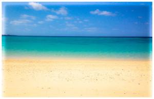 砂浜、海、空。天気がいいとこんなにも色鮮やかに!